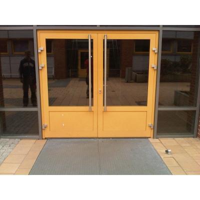 Ein Tür im öffentlichen Gebäude inkl Funktionalität, z.B. Fluchtwegfunktion