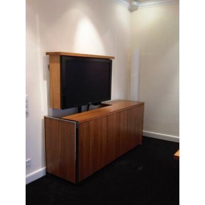 Wie von Geisterhand zum hoch modernen TV-Möbel