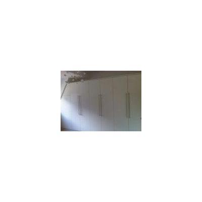 Einbauschrank mit weiß lackierter Oberfläche