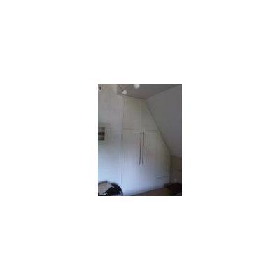 Enbauschrank angrenzend an eine Dachschräge