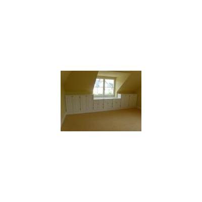 Individueller Schrankraum unter einer Dachschräge