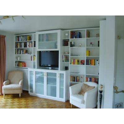 Kombination aus Wohnwand und Regalen